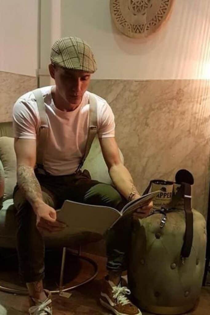 Howie Tops met beige bretels en een boek